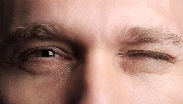 Nháy Mắt Phải